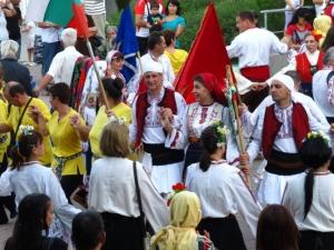 В Лондон няма кой да забрани хорото! Градът танцува български народни хора