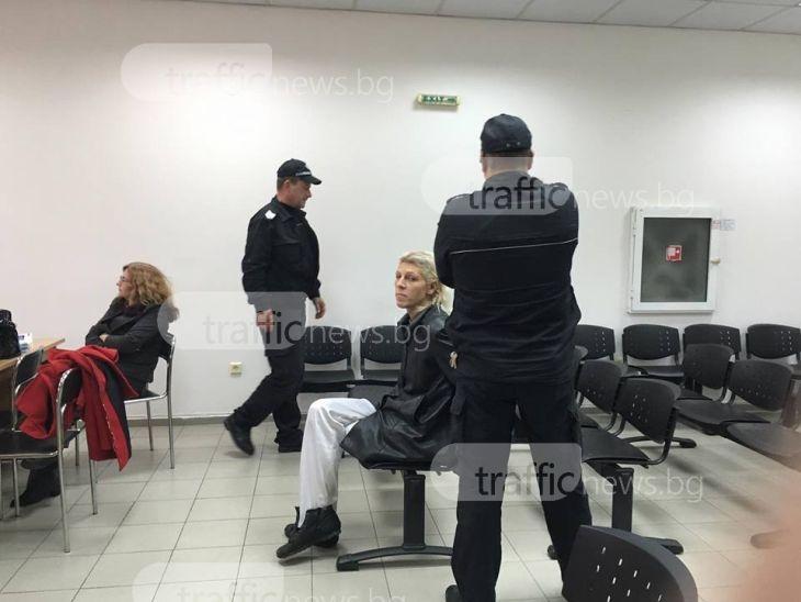 Травеститът, който подлуди цял блок в Кючука, остава зад решетките за постоянно СНИМКИ