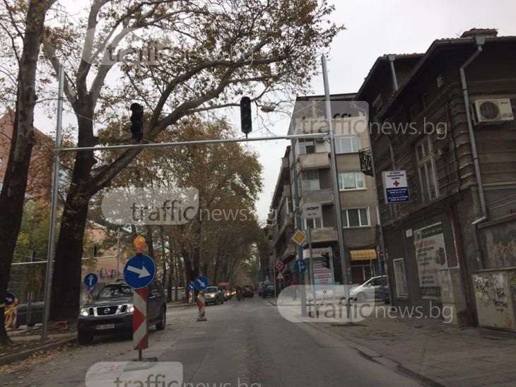"""Сложиха умен светофар на ново място на булевард """"Руски"""" СНИМКИ"""