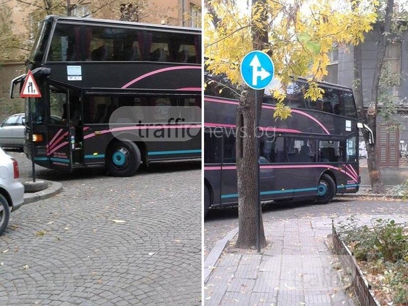 Натясно в центъра на Пловдив: Автобус запуши кръстовище СНИМКИ