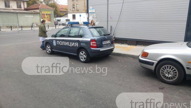 Да паркираш по... полицейски: на кръстовище, пред велоалея, и да не ти пука СНИМКИ
