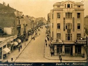 По Главната в Пловдив крачат шармантни красавици и напети контета, а край тях профучават файтони