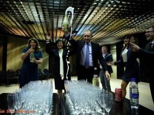 Три жени и един мъж отпиха първи от победното шампанско на Радев - защо те? СНИМКА