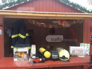 Пловдивски пожарникари дават доброволни дежурства на коледния базар, за да помогнат на Тодор ВИДЕО