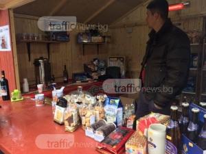 Пловдивчани борят студа с греяно вино! Коледният базар е в разгара си ВИДЕО