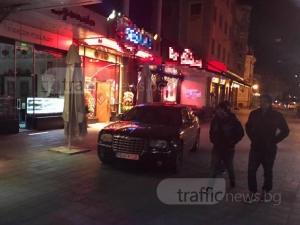 Хазартна треска! След мерцедеса, крайслер кацна на пешеходна зона пред казино в Пловдив СНИМКИ