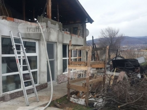 ВИДЕО от пожара в Коматево, възрастно семейство остана без дом за Коледа
