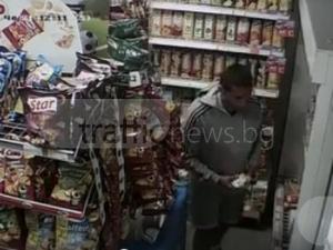 Нагла кражба: Пловдивчанин обира магазин, пъха салами в панталоните си ВИДЕО