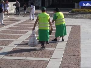 Искат 700 лева заплата за общинските метачки и градинари в Пловдив