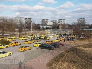 Бунтът на таксиметровите шофьори започна! Блокират булевардите в Пловдив СНИМКИ+ВИДЕО