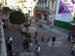Снимат голи, а после изнудват непълнолетни момичета в Пловдив