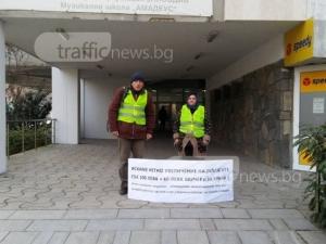 Метачка на протест пред Общинския съвет, иска 160 лева над заплатата