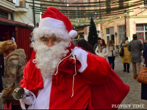 Защо Дядо Коледа носи червено наметало?
