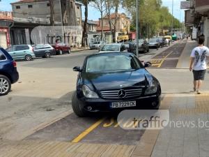 История за едно паркиране в Пловдив: Мерцедес като велосипед, велоалеята като паркинг! СНИМКИ