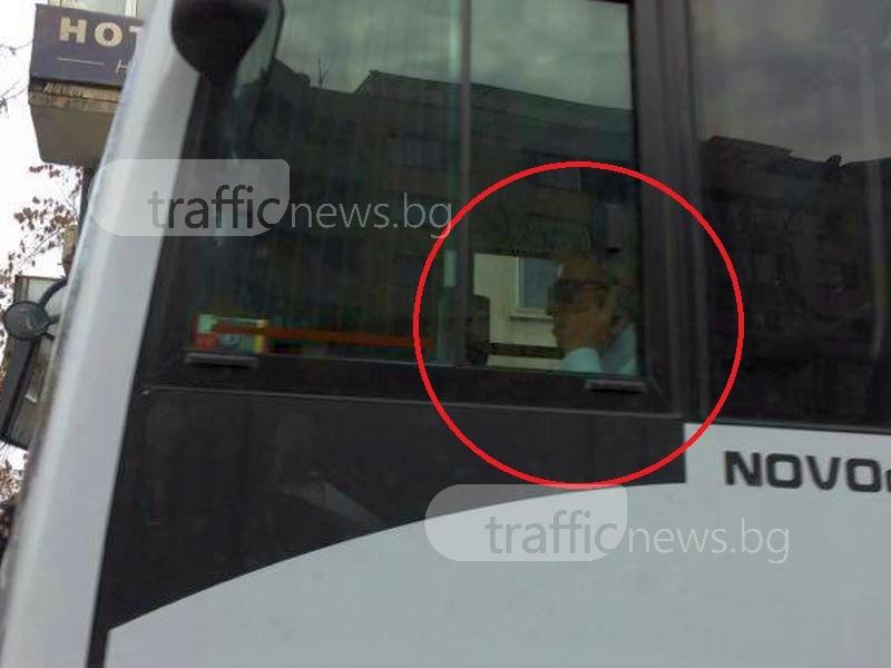 Шофьор от градския транспорт в Пловдив шофира... и говори по телефона СНИМКИ