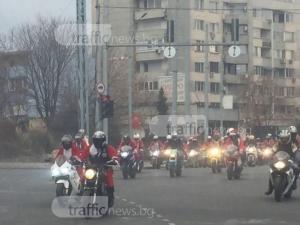 Стотици Дядо Коледовци минаха през улиците на Пловдив и то на две гуми СНИМКИ