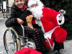 Коледа с 11-годишната Вики от Пловдив: Има шанс момичето да проходи ВИДЕО