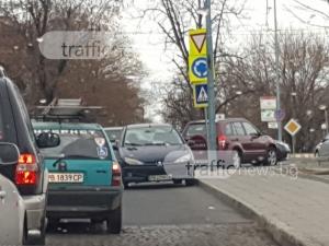 Изумително паркиране в Пловдив: Шофьор спря в насрещното до кръговото на Водната палата СНИМКИ