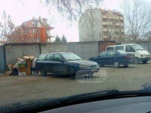 Гниещи и спрени от движение коли пречат на шофьори да паркират в Пловдив СНИМКИ