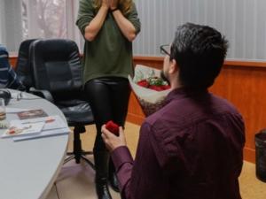 Романтика в ефира! Радиоводеща получи предложение за брак по време на предаване ВИДЕО