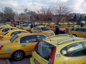 Таксиметровите шофьори в Пловдив блокират  Общината, искат разговор с кмета