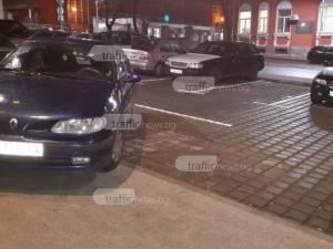 След десетки маневри: Жена заряза колата си пред мол Марково тепе така СНИМКА