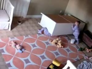 Уникален момент: Дете спасява братчето си, затиснато от тежък шкаф ВИДЕО