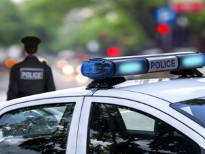 Въоръжен откри огън по полицаи и избяга
