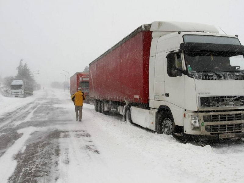 Снегът няма да спре тировете край Пловдив, но може да им спре парите ВИДЕО