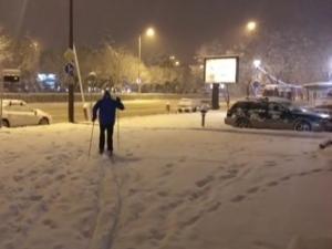 Забавление в снега: Мъж обу ски по път за работа ВИДЕО