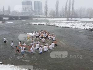 Талисманът на Локо Пловдив хвана богоявленския кръст в река Марица СНИМКИ