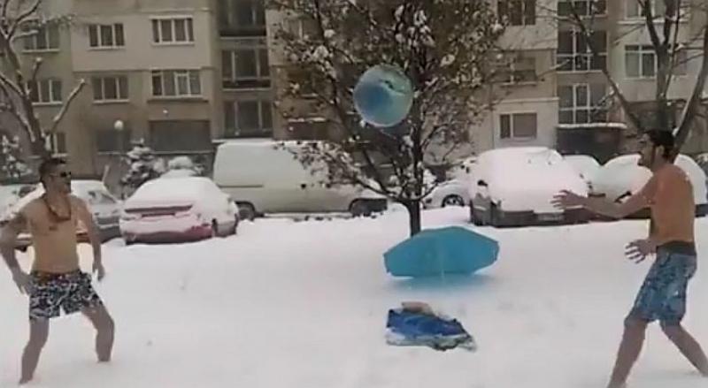 Младежи по бански играха плажен волейбол в снега ВИДЕО