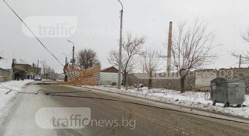 Снежни виелици удариха селата в Подбалкана,  вятърът събори покриви и жици СНИМКИ
