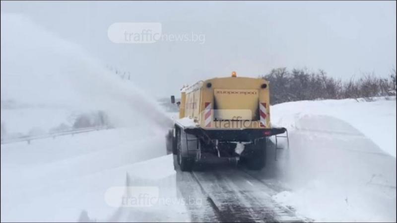 Четири пътя в Пловдивско остават затворени, закъсали автомобили на Тракия