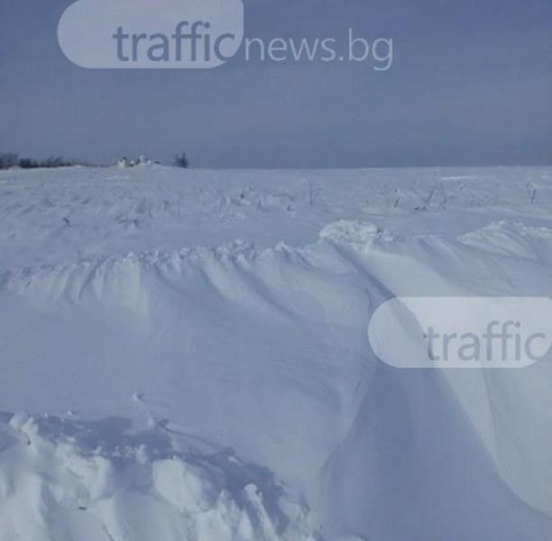 Село край Пловдив остана откъснато от света, снегорините не могат да стигнат до него СНИМКИ