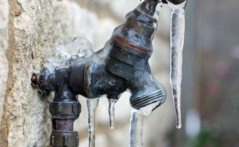 Важни съвети как да предпазим тръбите в сградите от замръзване