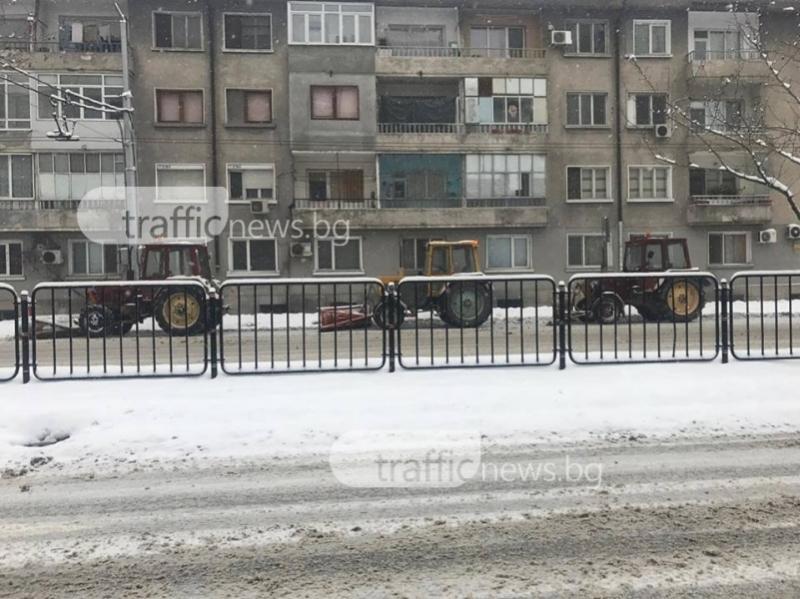 Тройка снегорини почиват час в Пловдив, докато шофьорите пушат СНИМКА