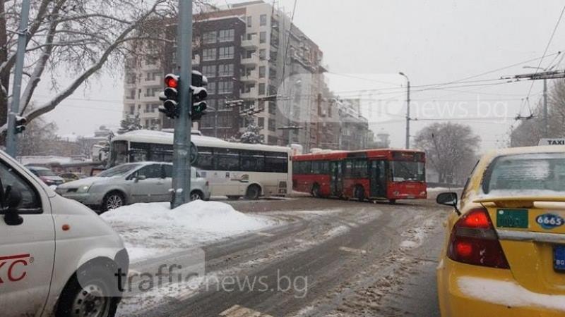 Автобус закъса в средата на кръстовище в центъра на Пловдив СНИМКИ