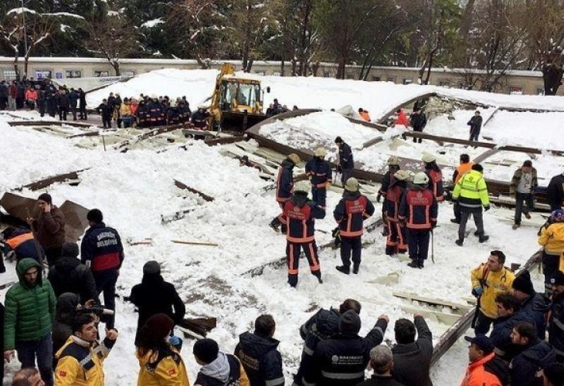 Покрив се срути върху дошли на погребение под тежестта на снега, има загинали ВИДЕО