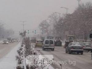 Пловдивчани бесни: Пътищата са в ужасно състояние, колите се въртят по улиците СНИМКИ