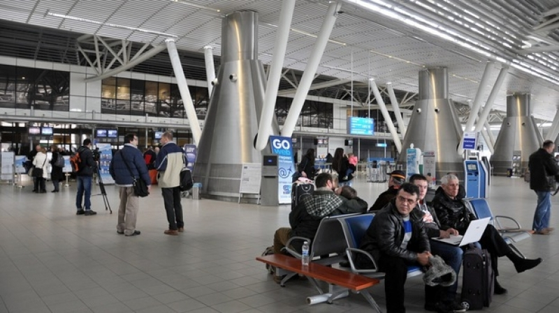 Десетки пътници висят над 8 часа на летище София