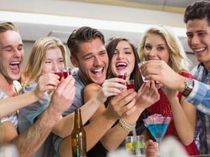 Научно доказано: Пиенето с приятели е полезно