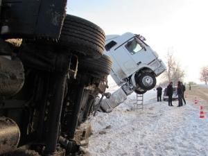 Турски тир се сгъна зрелищно на две, шофьорът се помоли на пътя СНИМКИ