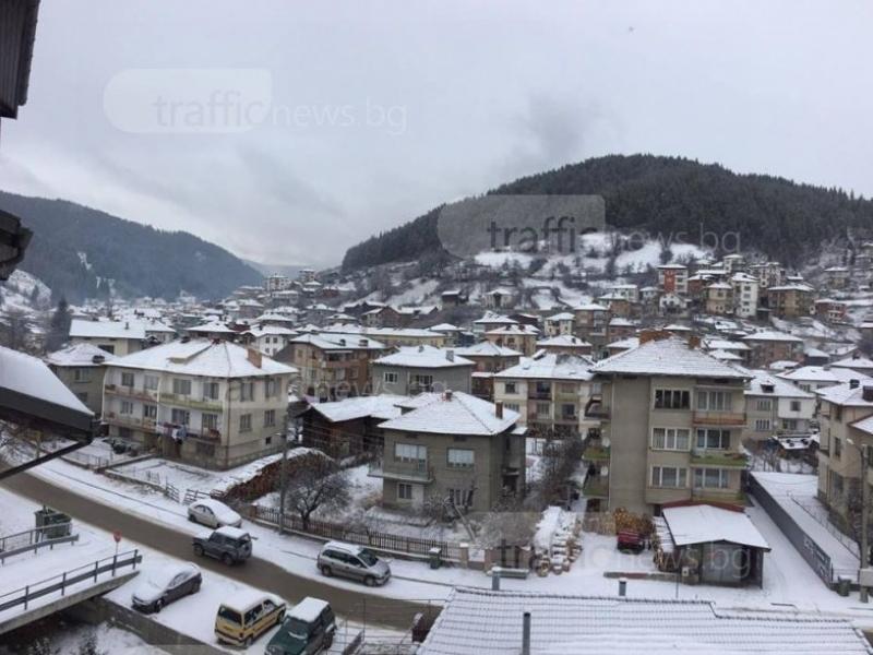 Борбата със снега в Смолян продължава, учениците обаче на училище