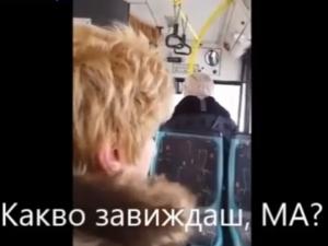 Пътници мръзнат на спирка при минус 17 градуса, докато шофьорът си закусва ВИДЕО