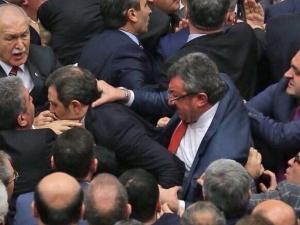 Хапане, счупени носове и ритници в парламента ВИДЕО+СНИМКИ