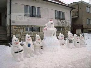Българско снежно творчество: Снежанка и седемте джуджета изникнаха пред къща СНИМКА