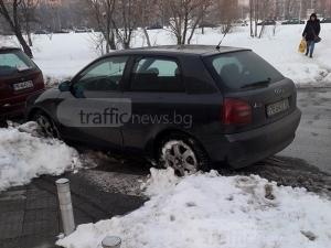 Пешеходци газят в преспите около мол Пловдив заради ето този наглец СНИМКИ