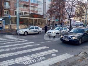 Пловдивчанка с ауди отнесе жена на пешеходна пътека