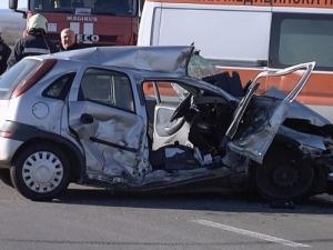 Един загина, а двама са в болница след челен сблъсък между две коли